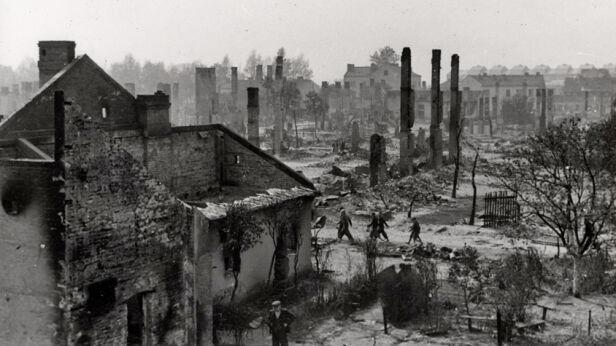 Zniszczone miasto po bombardowaniu Julien Bryan/Wikipedia