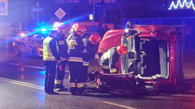 """Lexusem uderzył w znak. """"Strażacy musieli wyciąć dach"""""""