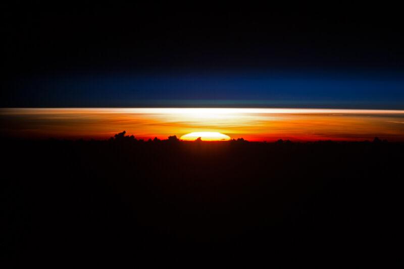 Wschód słońca nad Morzem Filipińskim (NASA)